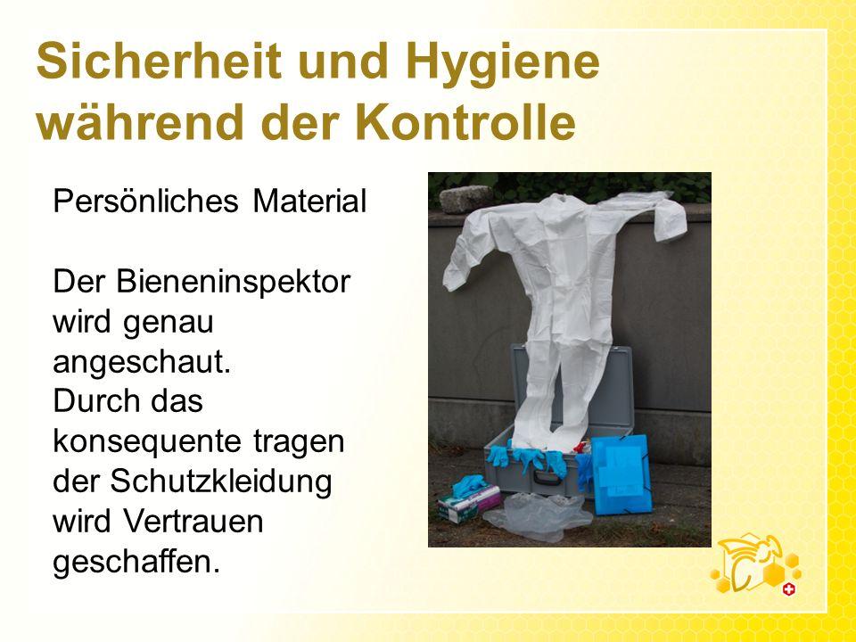 Sicherheit und Hygiene während der Kontrolle Persönliches Material Der Bieneninspektor wird genau angeschaut. Durch das konsequente tragen der Schutzk