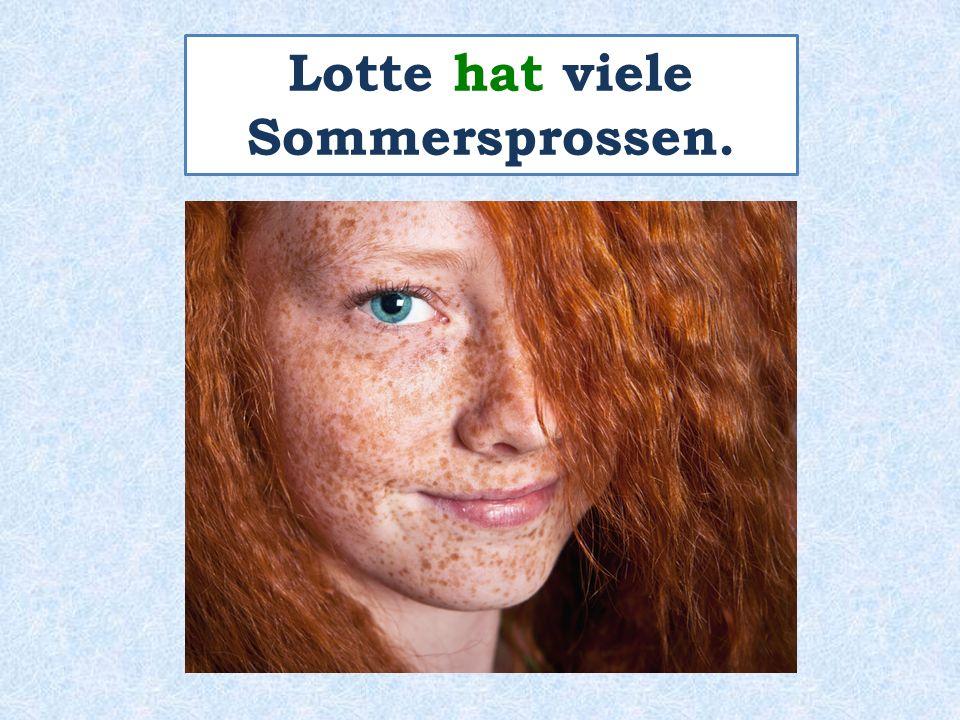 Lotte hat viele Sommersprossen.