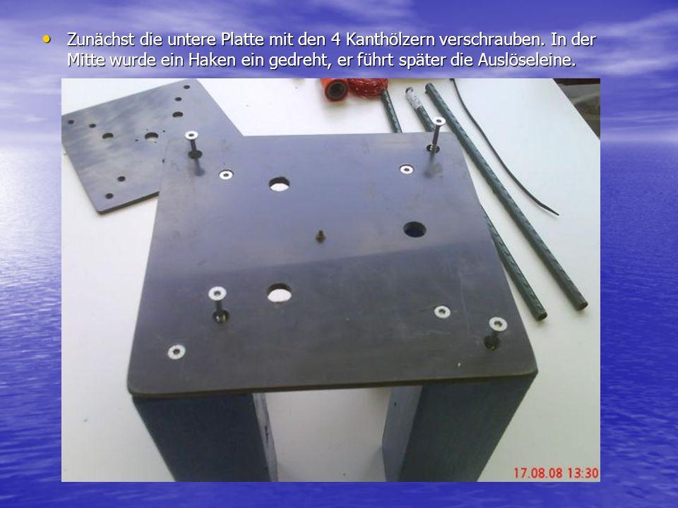 Zunächst die untere Platte mit den 4 Kanthölzern verschrauben. In der Mitte wurde ein Haken ein gedreht, er führt später die Auslöseleine. Zunächst di