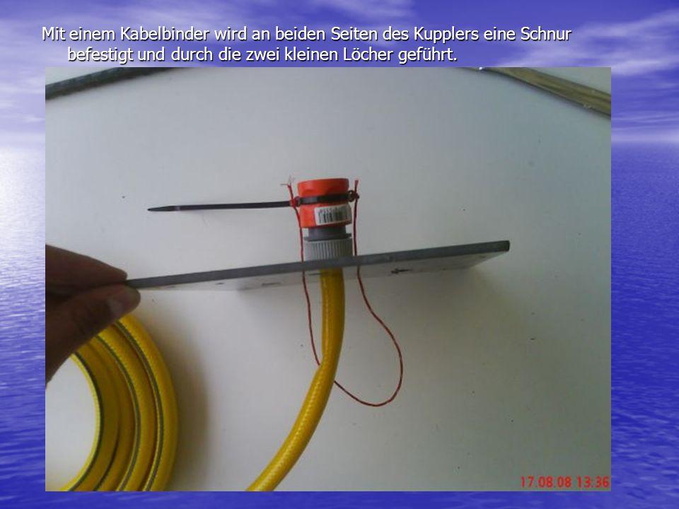 Mit einem Kabelbinder wird an beiden Seiten des Kupplers eine Schnur befestigt und durch die zwei kleinen Löcher geführt.