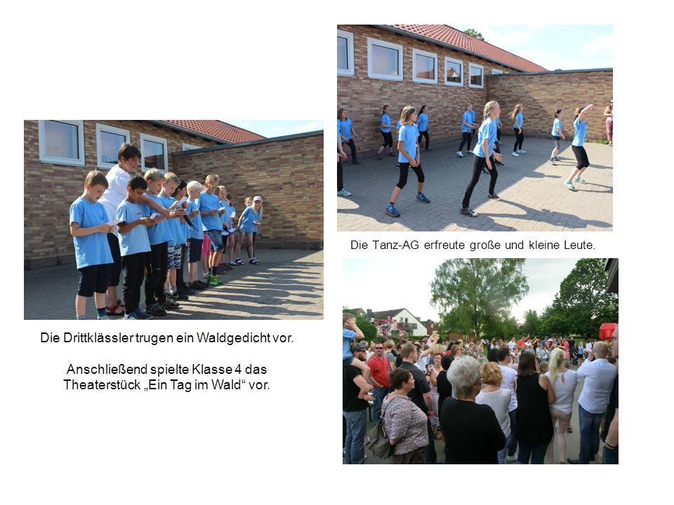 Die Tanz-AG erfreute große und kleine Leute. Die Drittklässler trugen ein Waldgedicht vor.