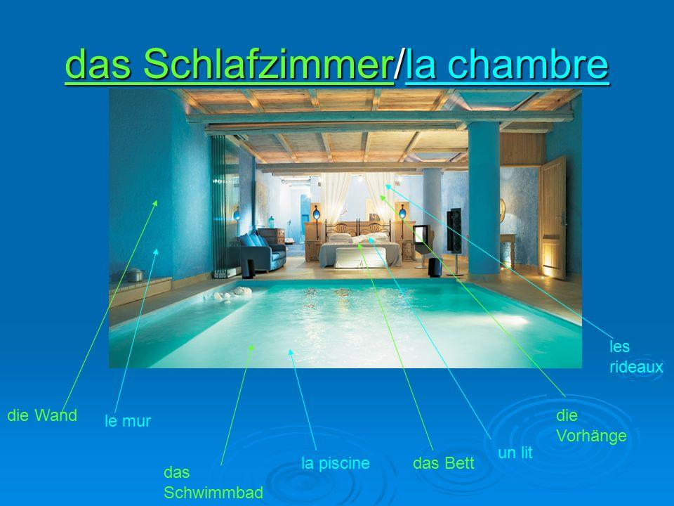 das Schlafzimmer/la chambre la piscine das Schwimmbad un lit das Bett le mur die Wanddie Vorhänge les rideaux