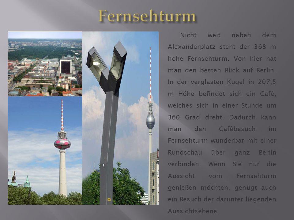 Nicht weit neben dem Alexanderplatz steht der 368 m hohe Fernsehturm. Von hier hat man den besten Blick auf Berlin. In der verglasten Kugel in 207,5 m