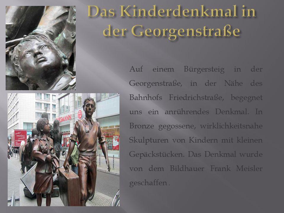 Auf einem Bürgersteig in der Georgenstraße, in der Nähe des Bahnhofs Friedrichstraße, begegnet uns ein anrührendes Denkmal. In Bronze gegossene, wirkl