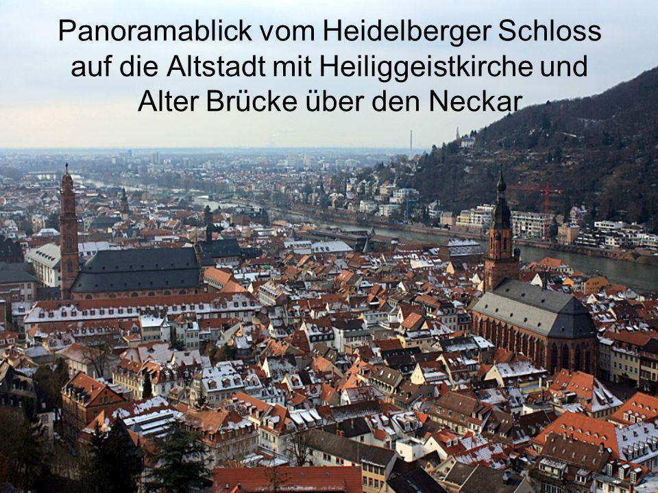 Panoramablick vom Heidelberger Schloss auf die Altstadt mit Heiliggeistkirche und Alter Brücke über den Neckar