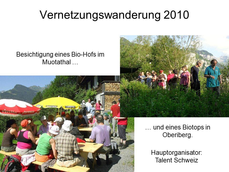 Vernetzungswanderung 2010 Besichtigung eines Bio-Hofs im Muotathal … … und eines Biotops in Oberiberg.