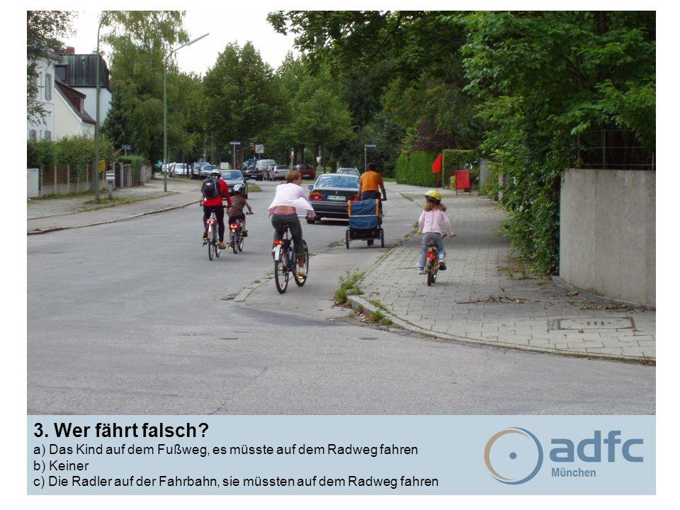 3. Wer fährt falsch? a) Das Kind auf dem Fußweg, es müsste auf dem Radweg fahren b) Keiner c) Die Radler auf der Fahrbahn, sie müssten auf dem Radweg