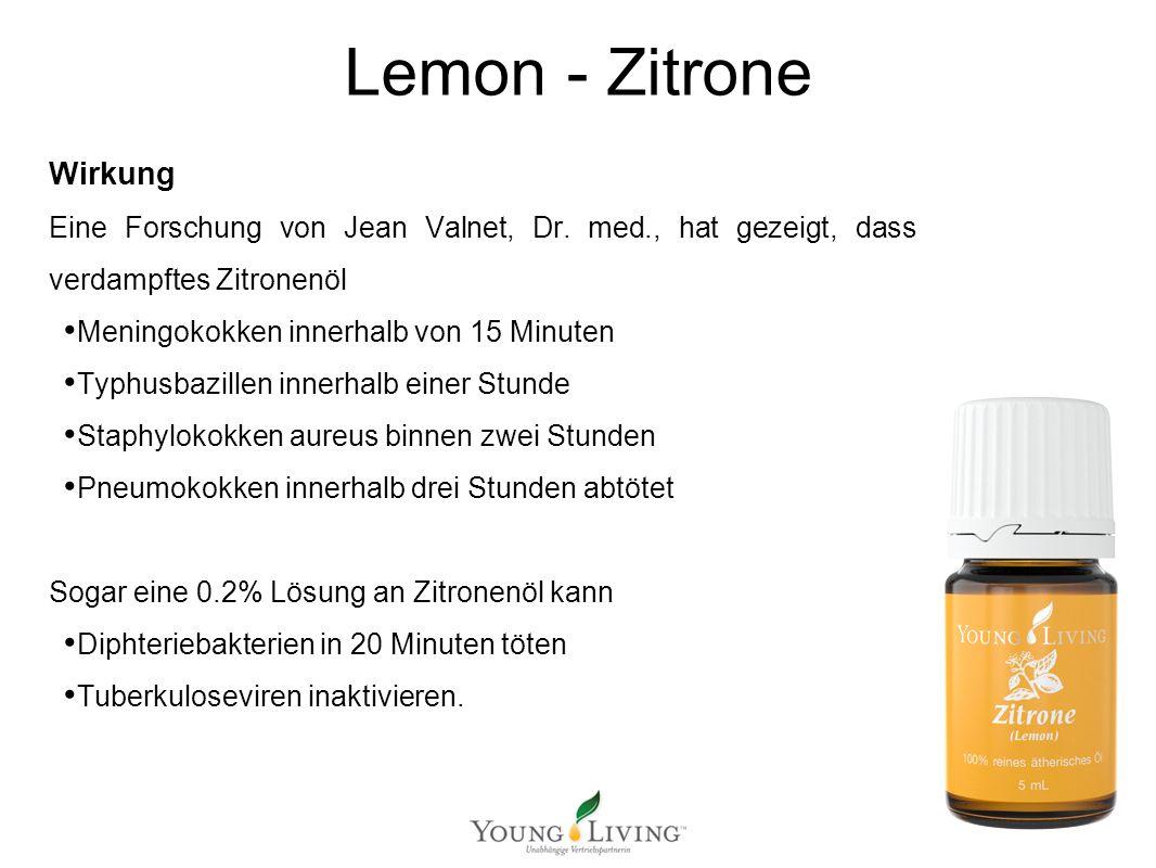 Innere Reinigung nach den 5 Wandlungsphasen Mit ätherischen Ölen von Young Living Lemon - Zitrone Medizinischer Nutzen Das Zitronenöl reinigt den Körper von innen stimuliert die weißen Blutkörperchen, die den Körper vor Infektionen schützen, fördert die Mikrozirkulation kann auch Fieber senken Als Massageöl regt es den Lymphfluss an und wirkt vorbeugend bei Zellulite Zitronenöl wird häufig zur Hautpflege verwendet, um die Haut zu reinigen, Pickeln zu reduzieren und Akne zu bekämpfen