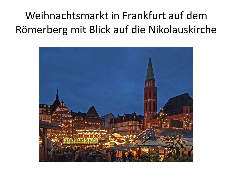 Weihnachtsmarkt in Frankfurt auf dem Römerberg mit Blick auf die Nikolauskirche
