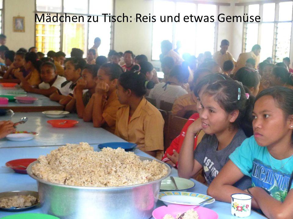 Mädchen zu Tisch: Reis und etwas Gemüse