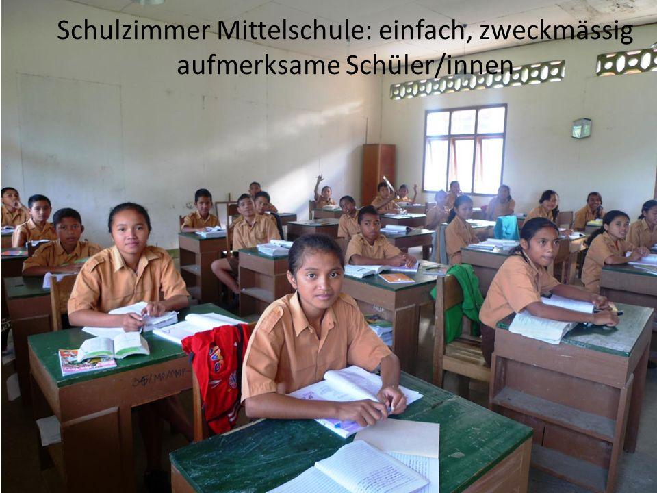 Schulzimmer Mittelschule: einfach, zweckmässig aufmerksame Schüler/innen