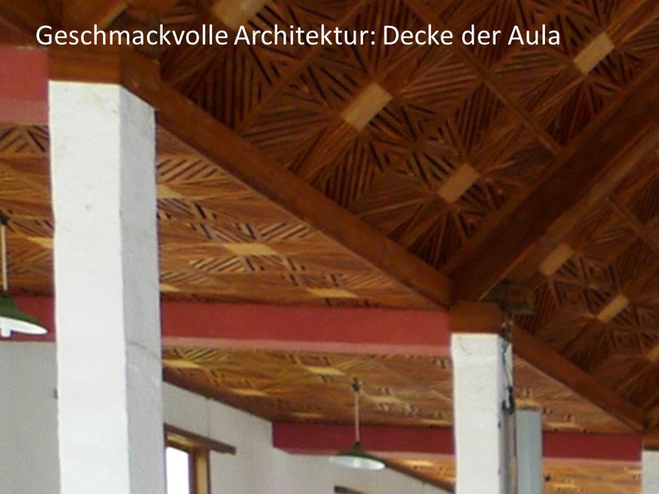 Geschmackvolle Architektur: Decke der Aula