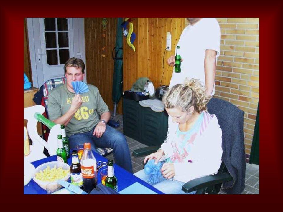 Viele Freunde und Bekannte waren gekommen um bei Michaela und Ralf zu Poltern .
