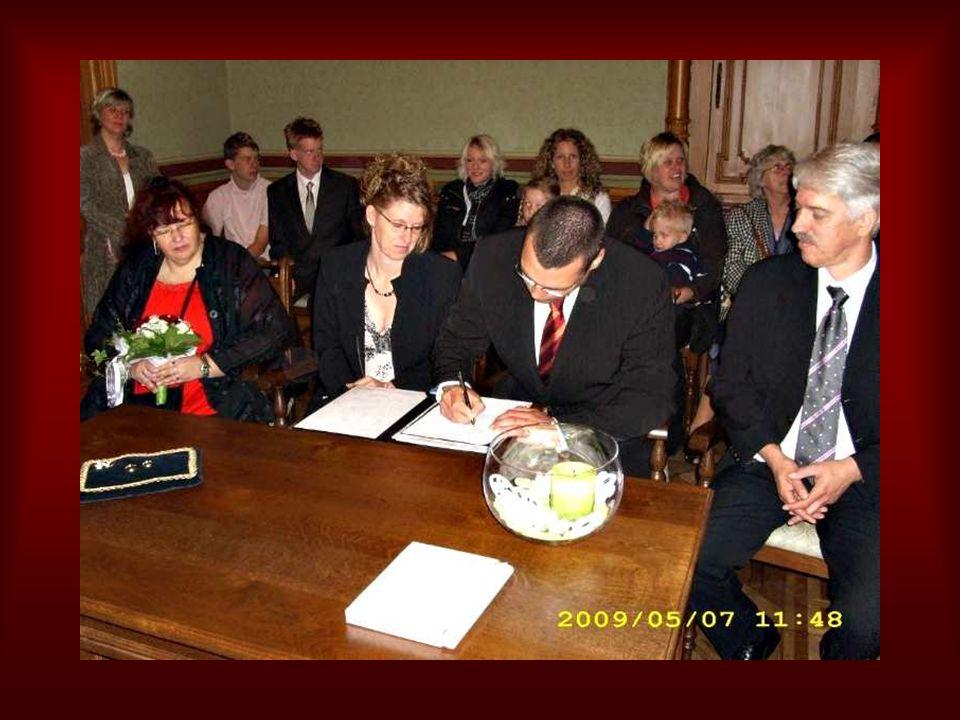 Das ganze musste jetzt natürlich noch schriftlich festgehalten werden und das frisch gebackene Brautpaar, sowie auch die Trauzeugen leisteten Ihre Unterschriften.