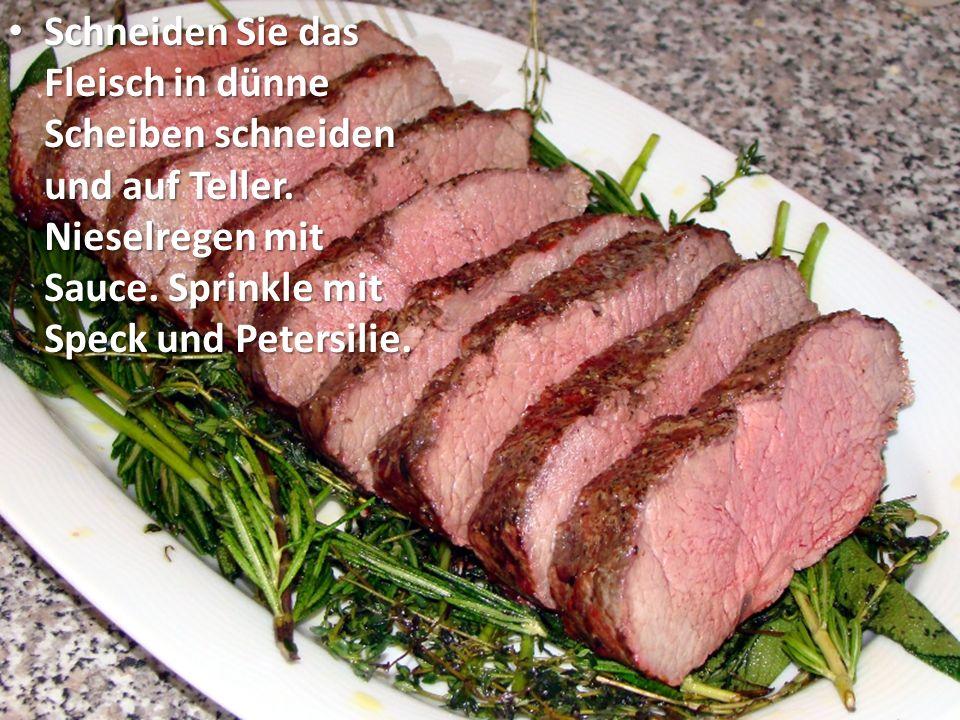 Schneiden Sie das Fleisch in dünne Scheiben schneiden und auf Teller.