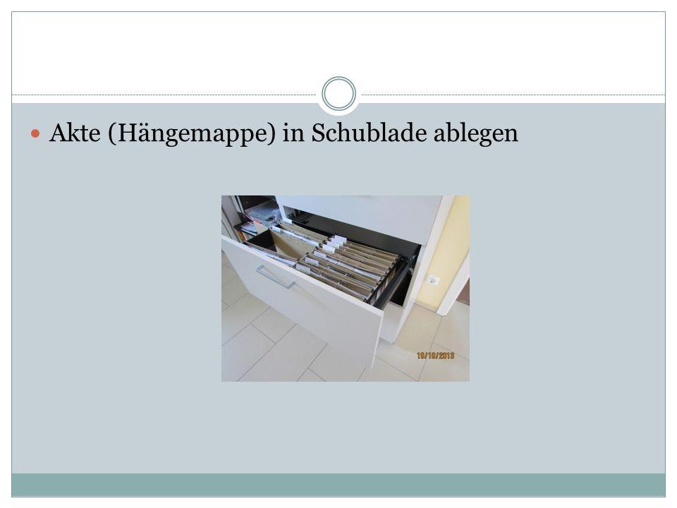 Akte (Hängemappe) in Schublade ablegen