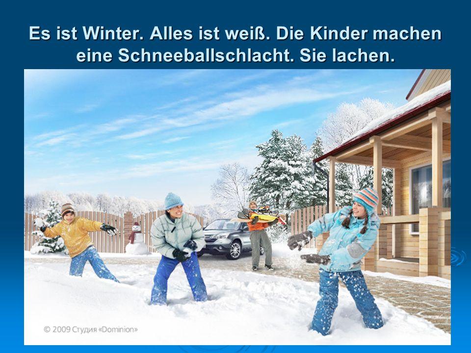 Es ist Winter. Alles ist weiß. Die Kinder machen eine Schneeballschlacht. Sie lachen.