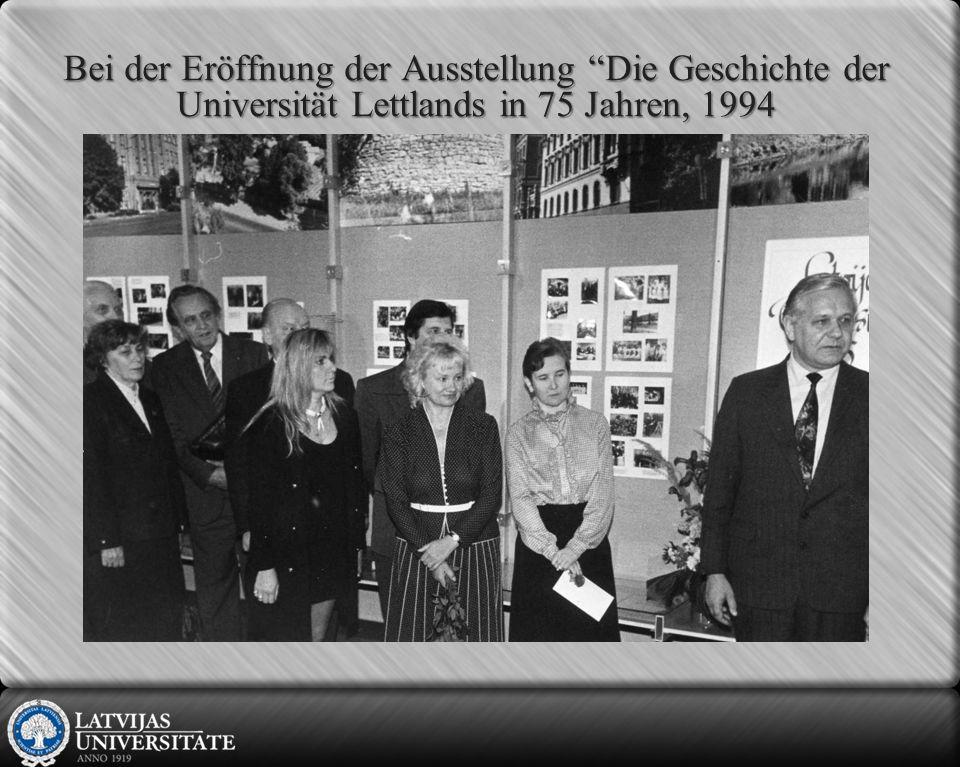 Bei der Eröffnung der Ausstellung Die Geschichte der Universität Lettlands in 75 Jahren, 1994