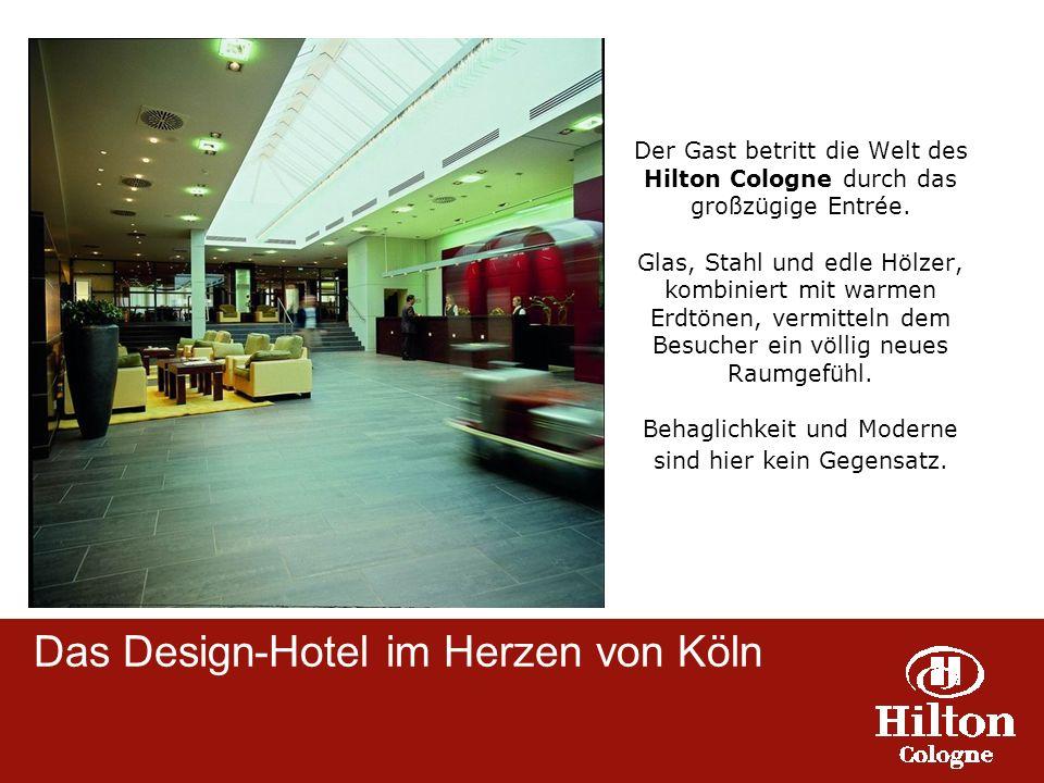 Der Gast betritt die Welt des Hilton Cologne durch das großzügige Entrée. Glas, Stahl und edle Hölzer, kombiniert mit warmen Erdtönen, vermitteln dem