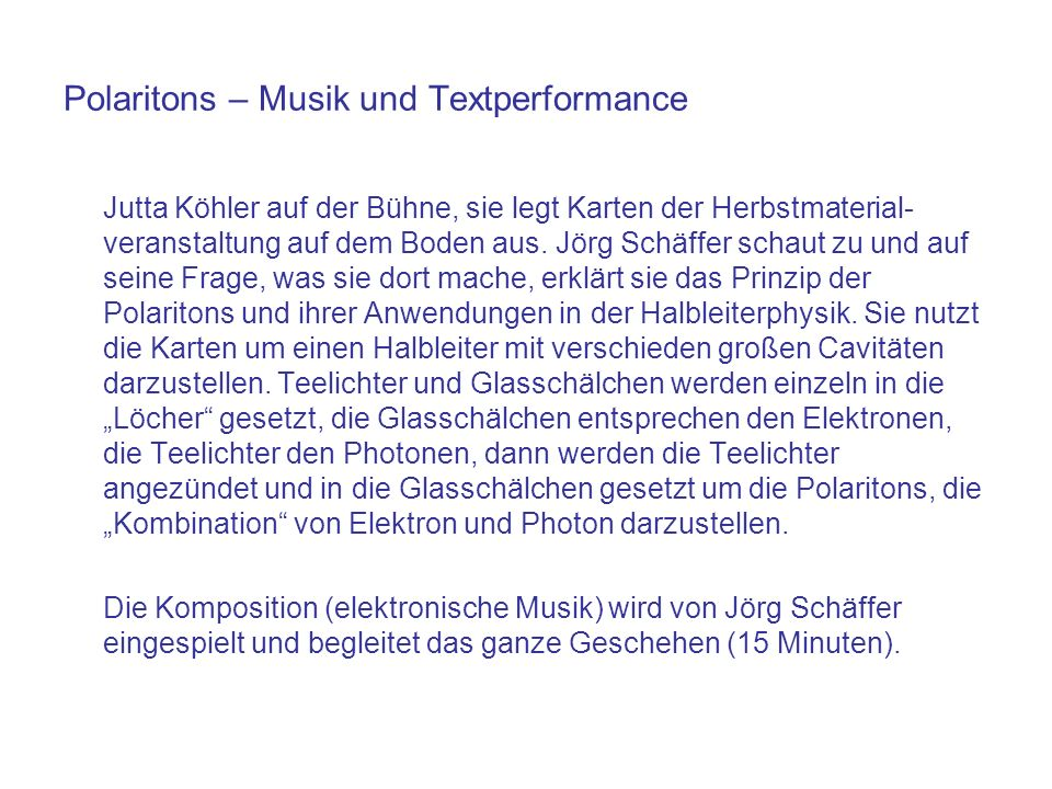 Polaritons – Musik und Textperformance Jutta Köhler auf der Bühne, sie legt Karten der Herbstmaterial- veranstaltung auf dem Boden aus. Jörg Schäffer