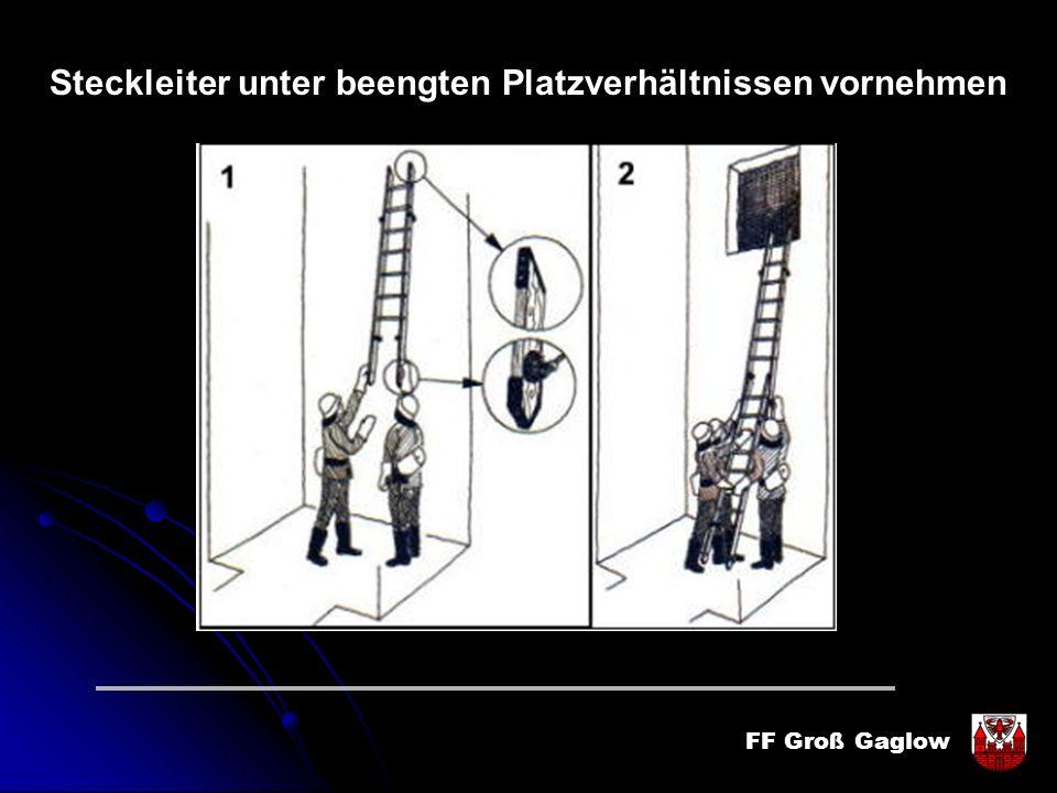 FF Groß Gaglow Steckleiter unter beengten Platzverhältnissen vornehmen