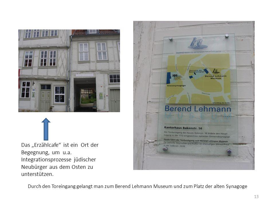 """Durch den Toreingang gelangt man zum Berend Lehmann Museum und zum Platz der alten Synagoge Das """"Erzählcafe"""" ist ein Ort der Begegnung, um u.a. Integr"""