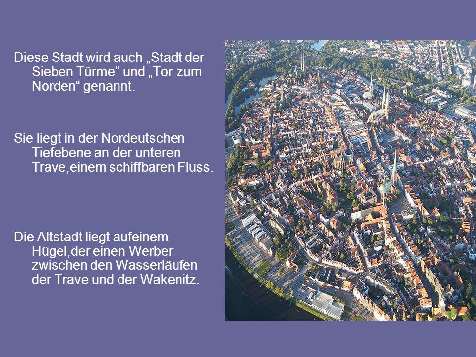 """Diese Stadt wird auch """"Stadt der Sieben Türme"""" und """"Tor zum Norden"""" genannt. Sie liegt in der Nordeutschen Tiefebene an der unteren Trave,einem schiff"""