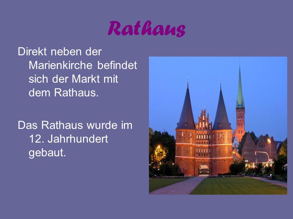Rathaus Direkt neben der Marienkirche befindet sich der Markt mit dem Rathaus. Das Rathaus wurde im 12. Jahrhundert gebaut.
