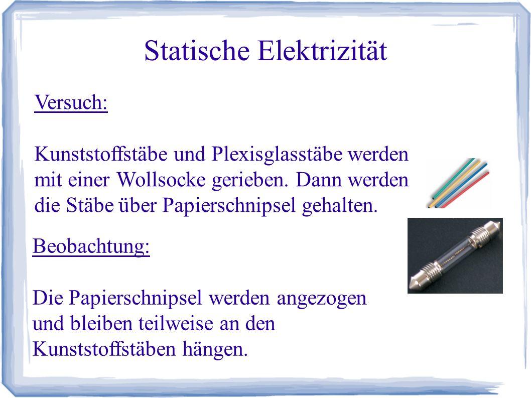 Statische Elektrizität Versuch: Kunststoffstäbe und Plexisglasstäbe werden mit einer Wollsocke gerieben. Dann werden die Stäbe über Papierschnipsel ge