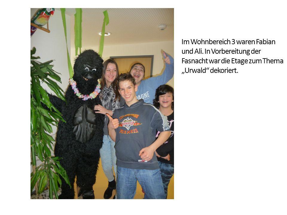"""Im Wohnbereich 3 waren Fabian und Ali. In Vorbereitung der Fasnacht war die Etage zum Thema """"Urwald"""" dekoriert."""