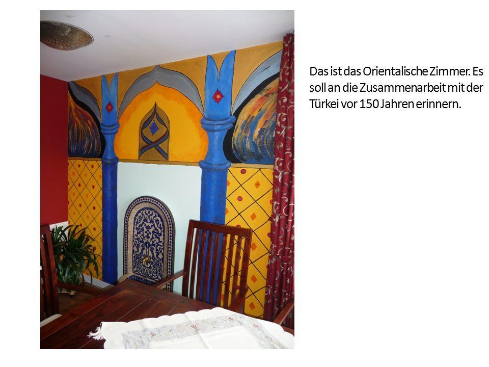 Das ist das Orientalische Zimmer. Es soll an die Zusammenarbeit mit der Türkei vor 150 Jahren erinnern.