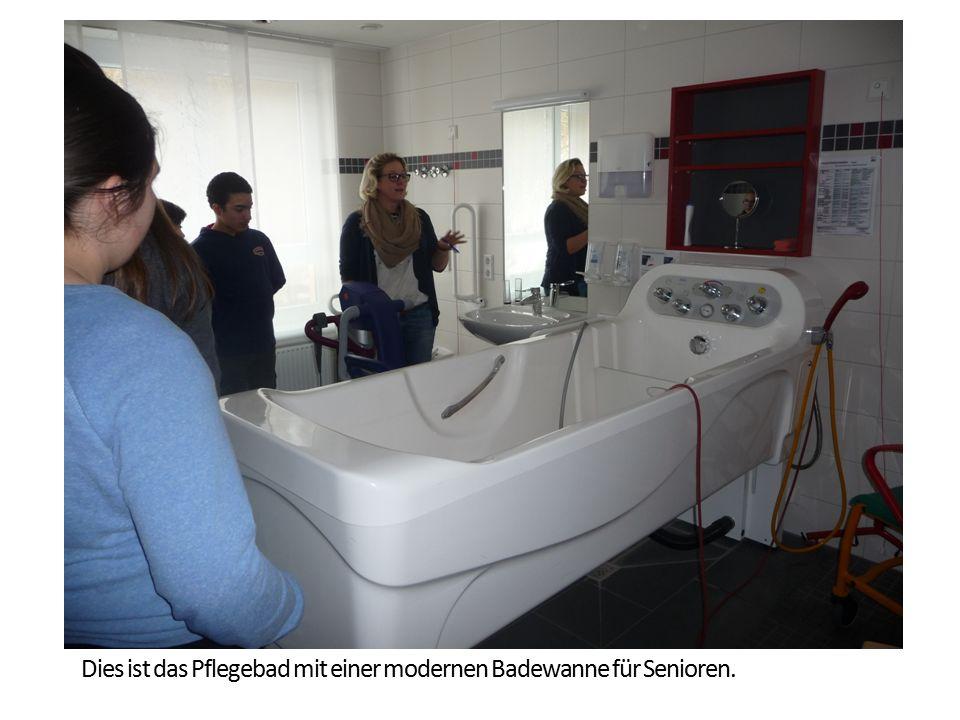 Dies ist das Pflegebad mit einer modernen Badewanne für Senioren.