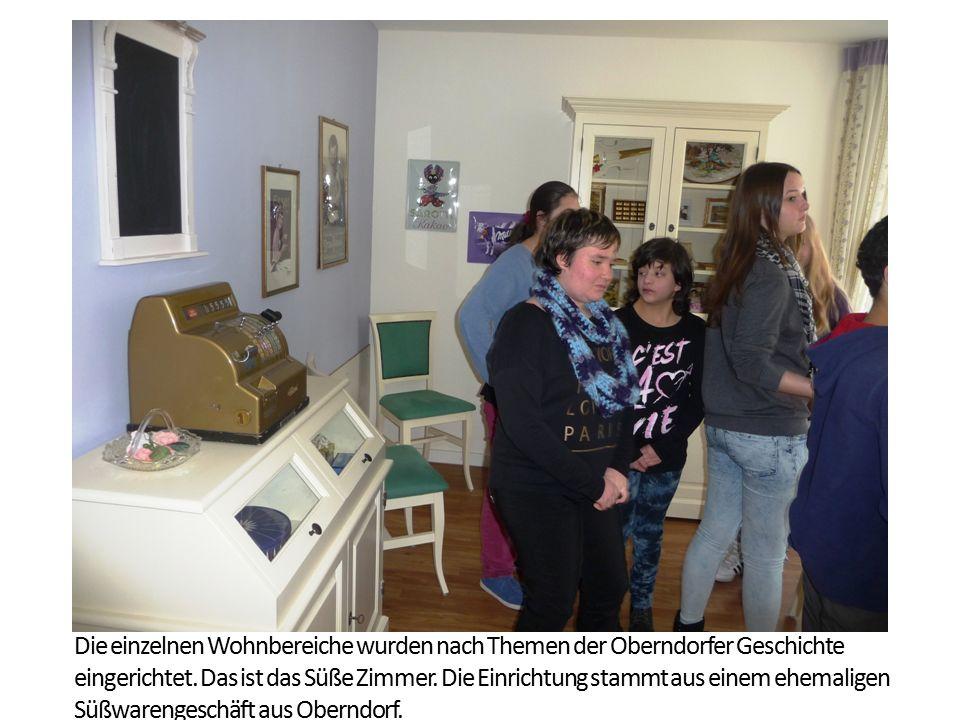 Die einzelnen Wohnbereiche wurden nach Themen der Oberndorfer Geschichte eingerichtet. Das ist das Süße Zimmer. Die Einrichtung stammt aus einem ehema