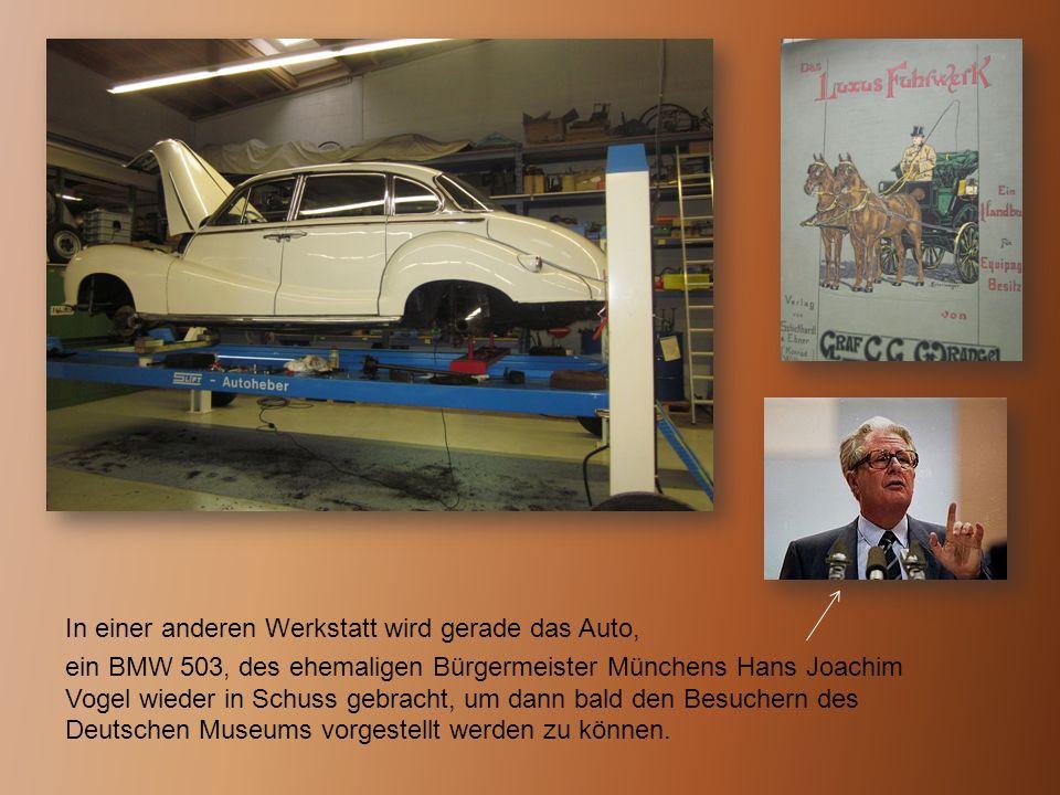 In einer anderen Werkstatt wird gerade das Auto, ein BMW 503, des ehemaligen Bürgermeister Münchens Hans Joachim Vogel wieder in Schuss gebracht, um d