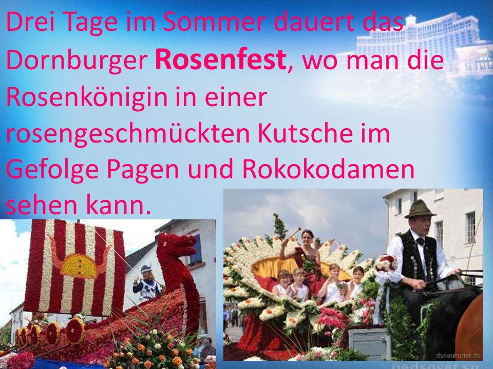 Drei Tage im Sommer dauert das Dornburger Rosenfest, wo man die Rosenkönigin in einer rosengeschmückten Kutsche im Gefolge Pagen und Rokokodamen sehen