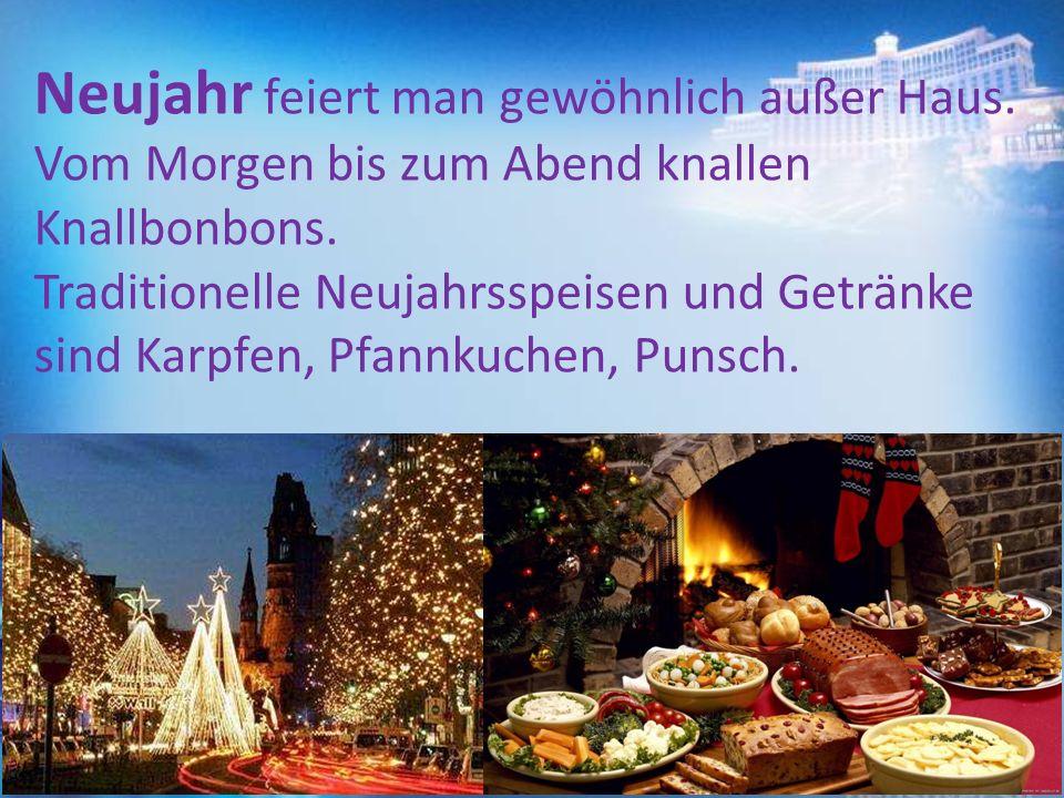 Neujahr feiert man gewöhnlich außer Haus. Vom Morgen bis zum Abend knallen Knallbonbons. Traditionelle Neujahrsspeisen und Getränke sind Karpfen, Pfa