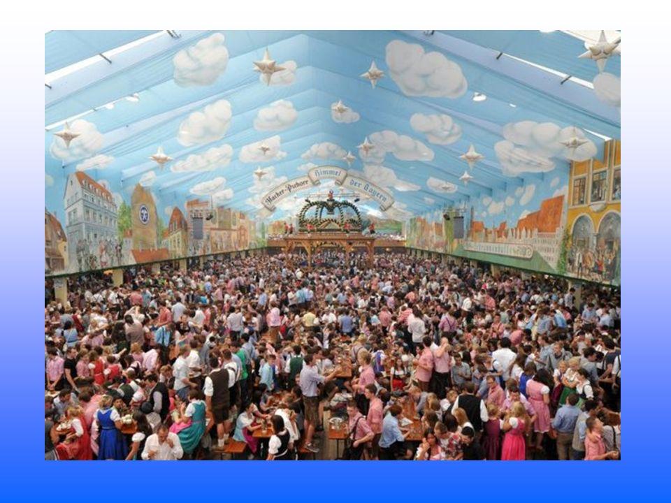 Jedes Jahr findet im Hippodrom ein Gottesdienst statt. Auch wenn dieses Bild es vermuten lässt, das Werbebanner der Spaten-Brauerei ist keine göttlich