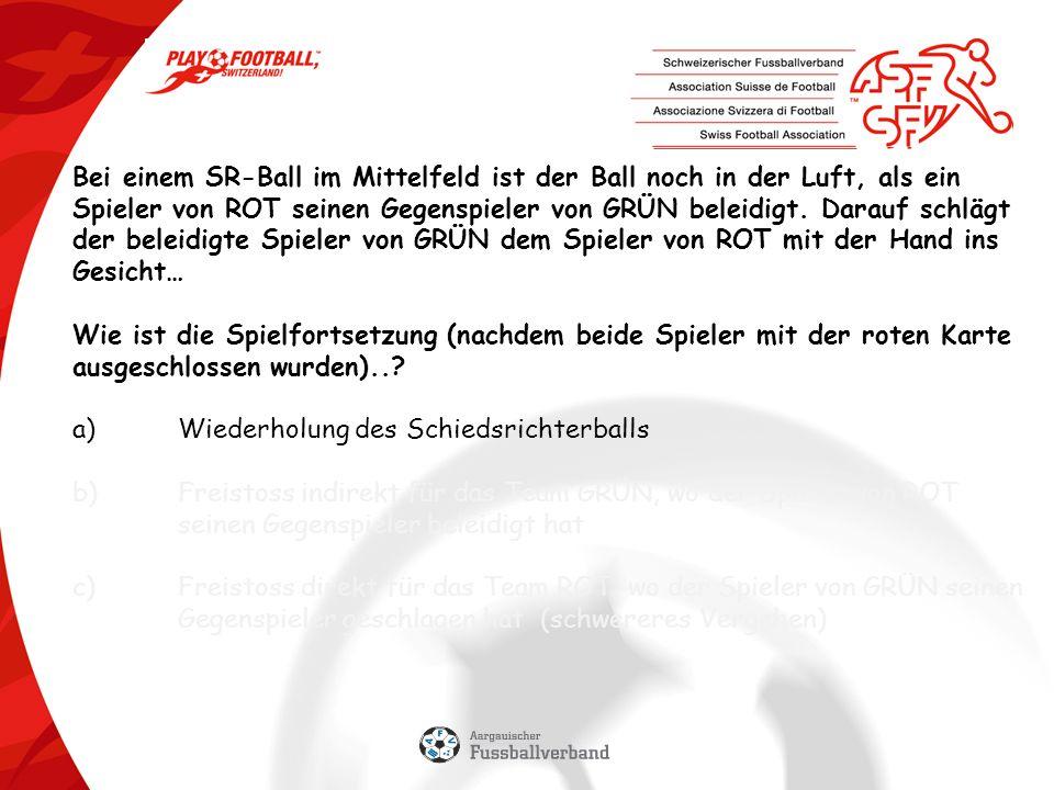 Bei einem SR-Ball im Mittelfeld ist der Ball noch in der Luft, als ein Spieler von ROT seinen Gegenspieler von GRÜN beleidigt.