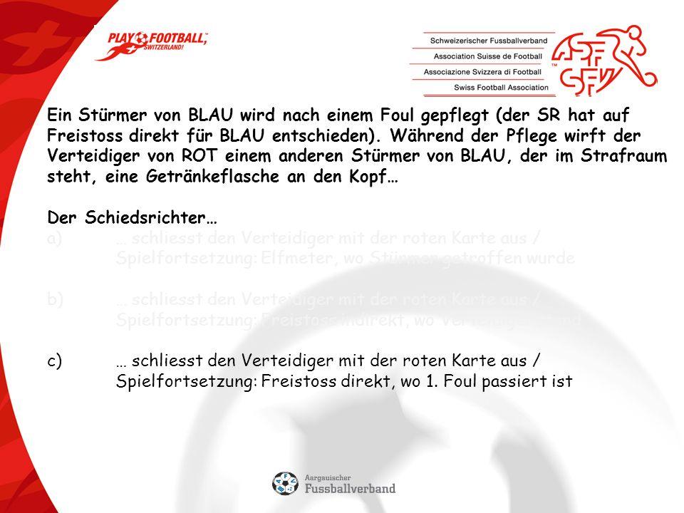 Ein Stürmer von BLAU wird nach einem Foul gepflegt (der SR hat auf Freistoss direkt für BLAU entschieden).