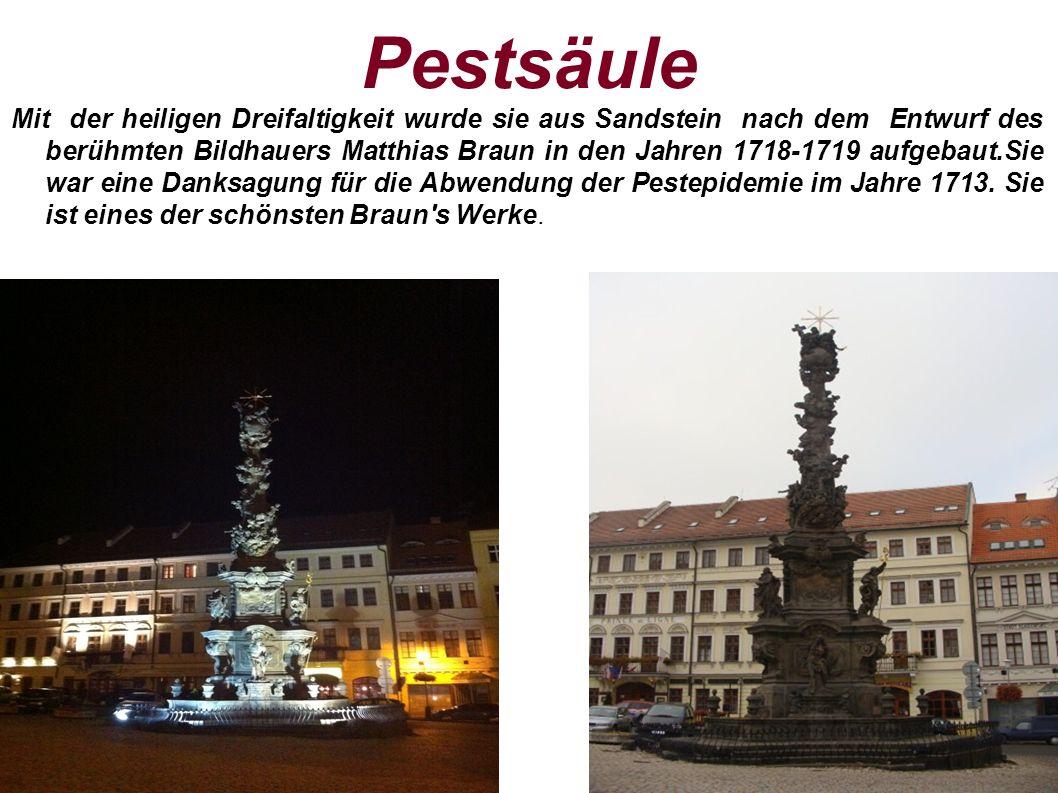 Pestsäule Mit der heiligen Dreifaltigkeit wurde sie aus Sandstein nach dem Entwurf des berühmten Bildhauers Matthias Braun in den Jahren 1718-1719 aufgebaut.Sie war eine Danksagung für die Abwendung der Pestepidemie im Jahre 1713.
