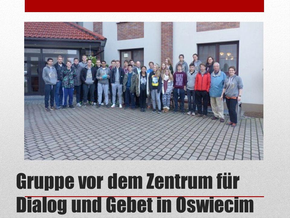 Gruppe vor dem Zentrum für Dialog und Gebet in Oswiecim