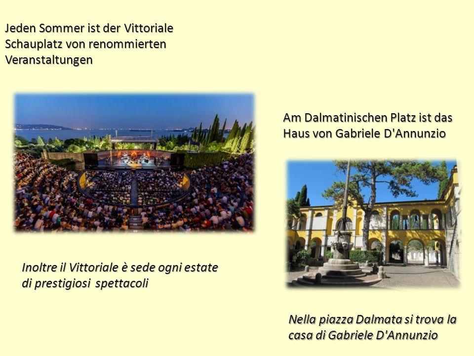 Jeden Sommer ist der Vittoriale Schauplatz von renommierten Veranstaltungen Inoltre il Vittoriale è sede ogni estate di prestigiosi spettacoli Am Dalmatinischen Platz ist das Haus von Gabriele D Annunzio Nella piazza Dalmata si trova la casa di Gabriele D Annunzio