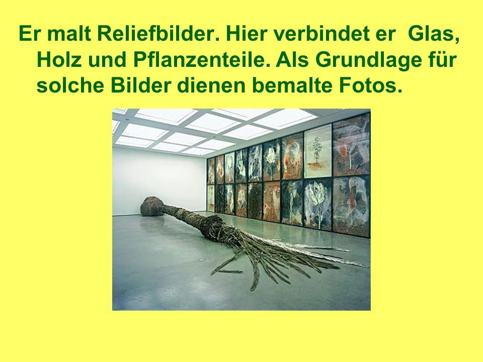 Er malt Reliefbilder. Hier verbindet er Glas, Holz und Pflanzenteile.