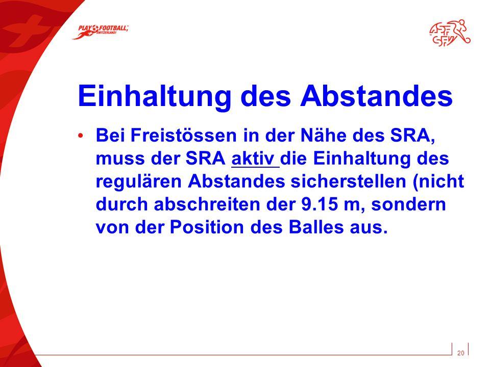 Einhaltung des Abstandes Bei Freistössen in der Nähe des SRA, muss der SRA aktiv die Einhaltung des regulären Abstandes sicherstellen (nicht durch abschreiten der 9.15 m, sondern von der Position des Balles aus.