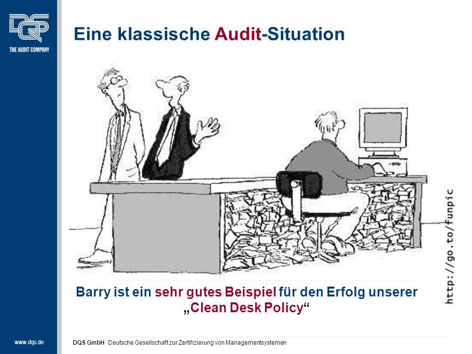 """www.dqs.de DQS GmbH Deutsche Gesellschaft zur Zertifizierung von Managementsystemen Eine klassische Audit-Situation Barry ist ein sehr gutes Beispiel für den Erfolg unserer """"Clean Desk Policy"""