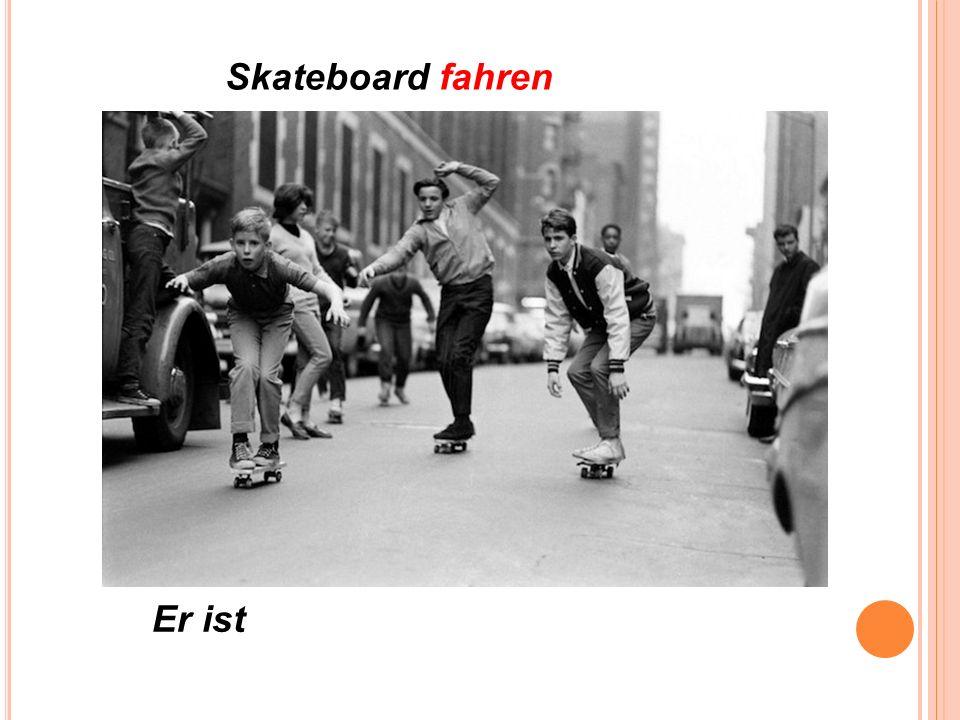 Skateboard fahren Er ist