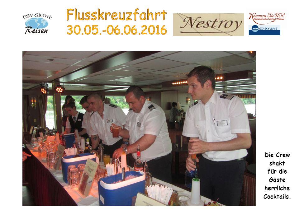 Die Crew shakt für die Gäste herrliche Cocktails.
