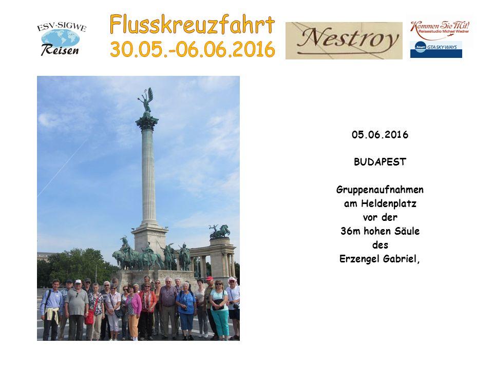 05.06.2016 BUDAPEST Gruppenaufnahmen am Heldenplatz vor der 36m hohen Säule des Erzengel Gabriel,