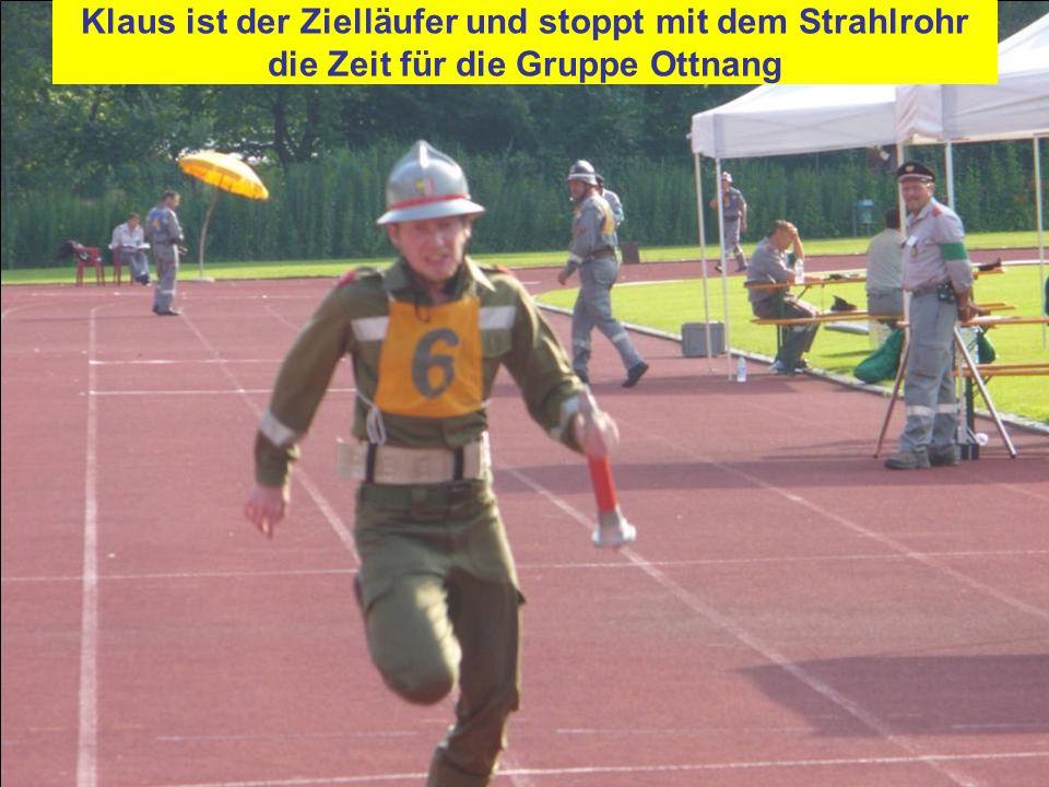 Klaus ist der Zielläufer und stoppt mit dem Strahlrohr die Zeit für die Gruppe Ottnang
