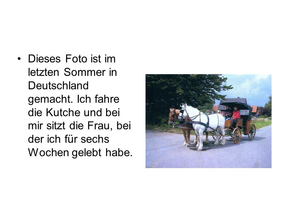 •Dieses Foto ist im letzten Sommer in Deutschland gemacht. Ich fahre die Kutche und bei mir sitzt die Frau, bei der ich für sechs Wochen gelebt habe.